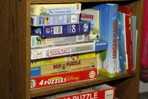 Kinderzimmer-Regal mit Spielen